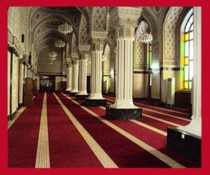 مسجد فرش شده با فرش قرمز